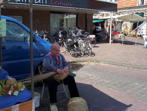 Korfvlechten op een oude ambachtsmarkt